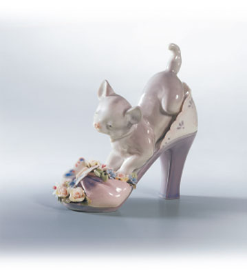 A Purr-fect Fit Lladro Figurine