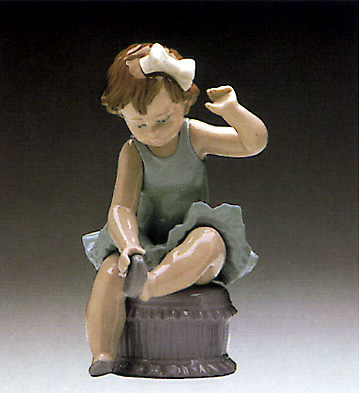 Ballet Girl W/slippers Lladro Figurine