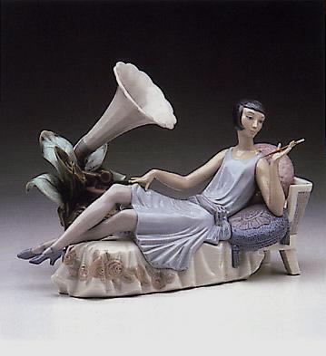 Lady Leaning On Divan Lladro Figurine